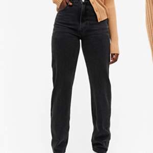 Raka Monki jeans som tyvärr e för små, bra i längden på mig som är 168, super bra skick. Storlek 25💓 du står för frakt