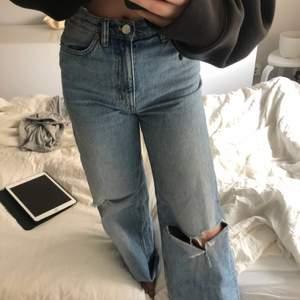 Perfekta baggy/vida jeans från monki! I bra skick, mest legat i garderoben. Hör av er vid frågor:)