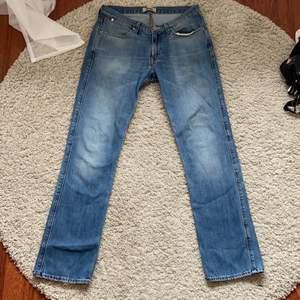 Så fina lowwaist Acne jeans som aldrig är använda! Säljer då jag har ett liknande par☺️ lite slitet på märket där bak🙌🏼straight modell! Skriv privat för fler bilder! Det står 33/32 i storlek men passar bra på mig som har 36💕Frakten blir 66kr
