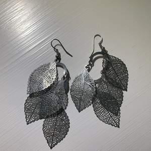 Silvriga örhängen men löv