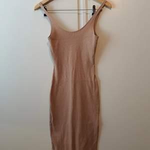 Klänning var använt minst 10 gånger, är i fint begagnad stick.