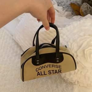 Convers retro väska köp på second hand för super länge sen!! Super bra kvalitet äkta läder på och inga skråmor eller nått super skick!!😍PRIS KAN ABSOLUT DISKUTERAS!!