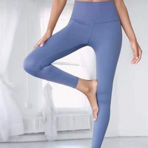 Helt nya blåa träningstights i så bekvämt material, passar alla med xs-m