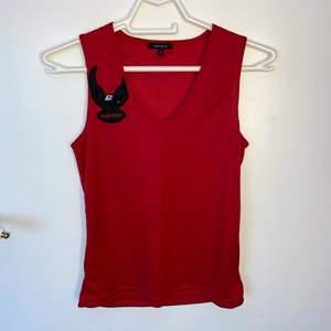 Säljer detta röda linne/topp från vero moda som ger lite 2000s vibes! Materialet är blankt och är i mycket fint skick! DM vid frågor osv! ❤️