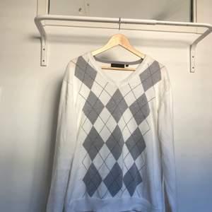 Vit och grå argyle tröja i storlek large. Kan mötas upp i sthlm och frakta. Kunden betalar frakten💕