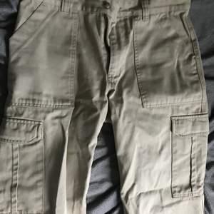 Säljer dessa snygga chinos med fickor längst benen! har dock några slitningar längst med men viker man upp syns det inte och de är långa i benen så man kan göra det för övrigt skitsnygga! Passar både tjejer & killar! Strl står inte men ungefär M skulle jag gissa, PRIS GÅR DISKUTERAS