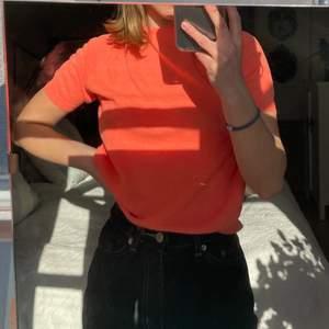 Aprikos/rosa färgad tröja (ser lite mer orange ut på bilden). Aldrig använd. 20kr + frakt