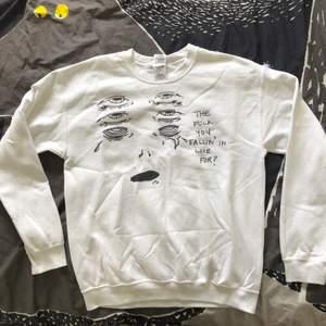 """Himla fin sweatshirt med print och texten """"the fuck you fallin' in love for?"""" Printer är tryckt """"i"""" tyget och är inte sånt som är på som kan spricka efter ett tag. Superfint skick och väldigt skön. ✨"""