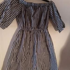 Svartvit klänning som är off-shoulder. Säljer pga för liten. Använd några gånger och är i bra skick. Köpare står för frakt💗