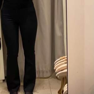 Superfina svarta kostymbyxor från Mango i storlek 36 (S). Kontakta mig privat för fler bilder!