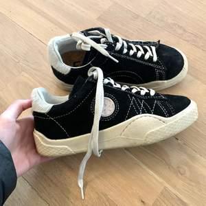 Säljer dessa skitsnygga och coola eytys sneakers pga att de tyvärr är för små!