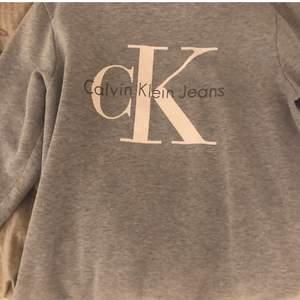 En Calvin Klein sweatshirt/tröja i strl S. Den har inga defekter, använd bara 1 gång. Den är helt ny men säljer eftersom den ej kommer till användning💕✌🏼.