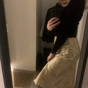 Säljer denna super fina helt oanvända kjolen från hm. Storlek 36