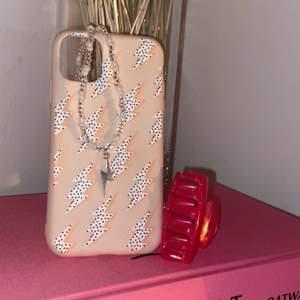 Säljer denna goodiebag som innehåller✨ett blixt halsband✨blixt mobilskal för iphone 11✨hårklämma✨säljer för 79kr✨frakt tillkommer även på 12kr