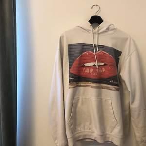 Vit hoodie med tryck från The cool elephant. Storlek L men passar mig som vanligtvis har S/M 🤍