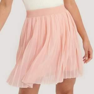 Jätte somrig rosa kjol från NA-KD, köpt för 249 kr och endast använd 1 gång.