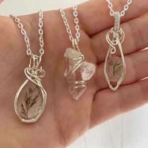 Hjälper min syster att sälja sina handgjorda smycken med äkta stenar, massvis med andra designer än de på bild finns. Alla smycken är unika. Kontakta mig vid intresse eller via hennes instagram dm✨ Hennes instagram: @viradesignsweden💫