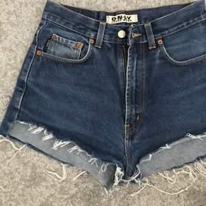 Jeans Shorts som jag klippt av själv. Köpta som Jeans från secondhand. Mörkblåa i storlek S / Xs beroende hur man vill att dom ska sitta. Så fina till sommaren!😍