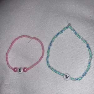 Pärlat armband med små pärlor🤩 +1kr per bokstav eller extra pärla ( som de stora rosa på bilden )😝