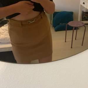 Säljer denna bruna kjol från Amisu då den aldrig är använd, jag fick den av min syrra för ett tag sen och vet inte vad den kosta. Prislappen sitter kvar och där står det 189 men inte säker. Säljer för 60+ frakt💕 Har även en dragkedja på baksidan🥰