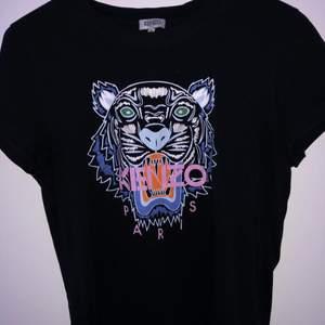 kenzo tshirt, köpte den här på plick för ett tag sen, så vet inte exakt pris men vill bli av med en massa kläder jag ej använder längre, så säljer för 600 då jag inte vet original pris, inte så använd och i väldigt bra skick, ja den är äkta. kan även bytas mot en annan tshirt 💕 pris kan eventuellt diskuteras