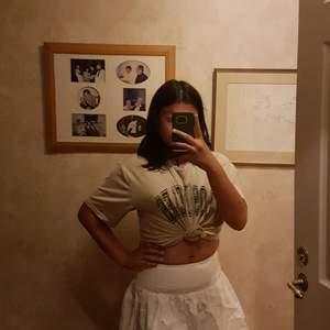 Jätte fin vit kort kjol, använd ett fåtal gånger, den är som ny! Köparen betalar frakten