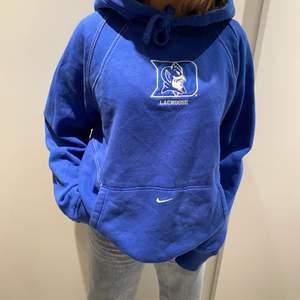Super fin Nike vintage hoodie!  Uppskattad storlek: L-XL.  Buda i kommentarerna! Startbud:100kr Budgivningen avslutas tisdag 16/2 kl 15:00