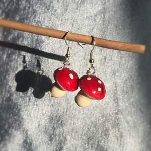 Fina svamp örhängen gjorda nickelfria. Litet hål under på ett men det syns inte när man har på de. Kan fraktas eller mötas i Stockholm/Huddinge