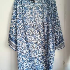 Blå blommig kimono. H&M storlek L. Använd 1 gång. 30kr.