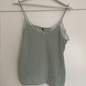 Linne i en jättefin grön färg. Använd ett fåtal gånger, så bra skick. Köparen står för frakt. Annars möts upp i Gävle.
