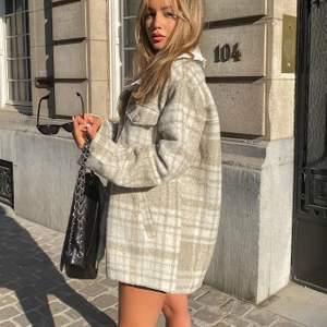 Säljer min fina jacka då jag tyvärr inte gillar den så mycket som jag trodde, den är inte riktigt min stil. Nästan aldrig använd💕 nypris 800kr