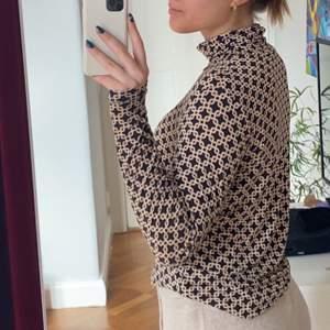 Säljer denna otroligt sköna och snygga tröja från Richard Allan X hm kollektion. Passar mig som ofta har S/M men passar över också