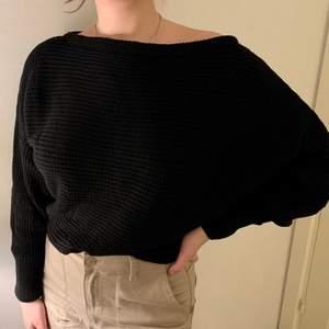 Svart stickad offshouldertröja från na-kd i storlek M. För referens är jag vanligtvis S/M i tröjor. Skulle nog passa en S-L beroende på önskad passform. Använd 1 gång, nypris 299kr, säljer för 50kr (+ frakt) Går att köpa tillsammans med samma tröja i vit, då för 100kr (+ frakt) totalt. (Samma fraktkostnad)