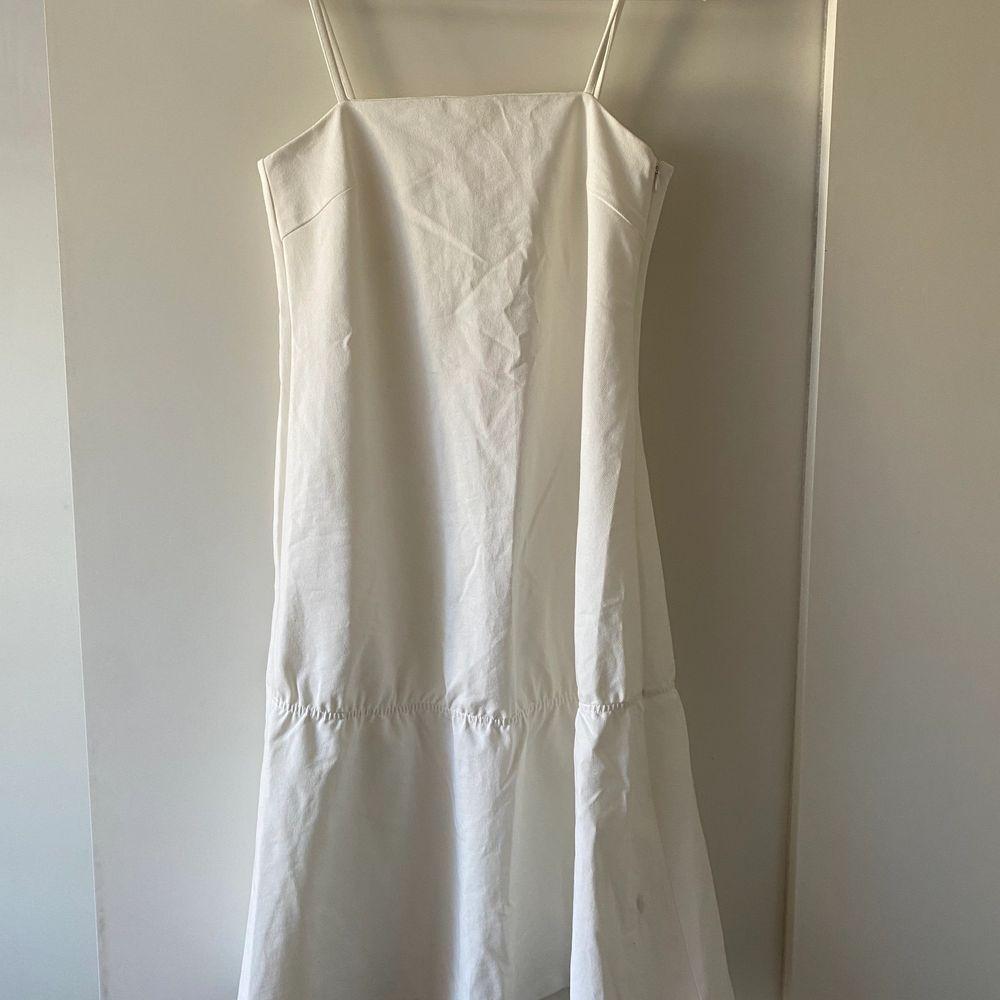 Vit klänning i jeansmaterial. Aldrig använd, frakt tillkommer. Klänningar.