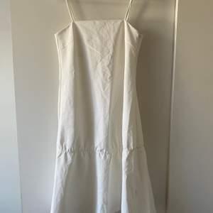 Vit klänning i jeansmaterial. Aldrig använd, frakt tillkommer