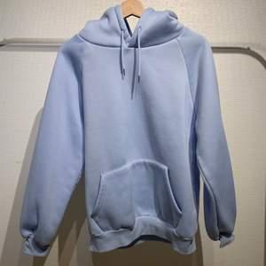 Säljer denna superfina ljusblå hoodien då den aldrig kommer till användning, superbra skicka. Buda gärna i kmt. Högsta bud 150kr avslutar 4e mars