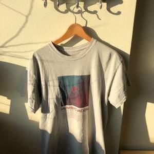 Urban Outfiters Hunters Moon T shirt. Tycker tröjan är väldigt snygg men använder den inte. Tröjan är använd några gånger. Oversize fit, Storlek S. Har du eget bud skriv på DM.