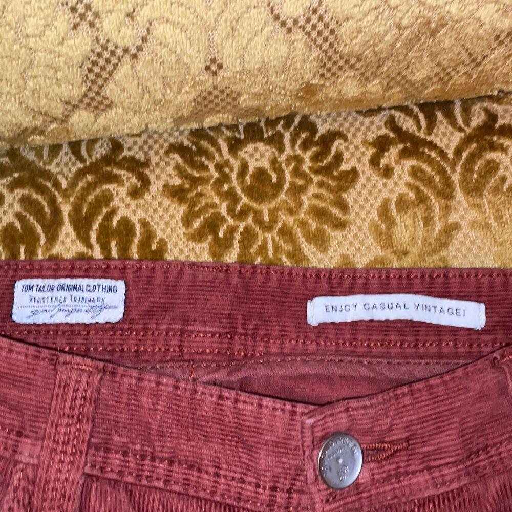 dessa röda Manchester jeans är sååå fina men de passar tyvärr förfärligt på mig då jag slarvat och inte kollat storleken ordentligt när jag köpt de, står inte storlek men tror förmodligen att de går upp i L då de passar min pappa lite tight och han har ca XL i storlek. Vet inte ålder på jeansen men det är jättebra kvalite! tar emot bud och byte mot andra klädesplagg, frakt diskuteras! <3. Jeans & Byxor.