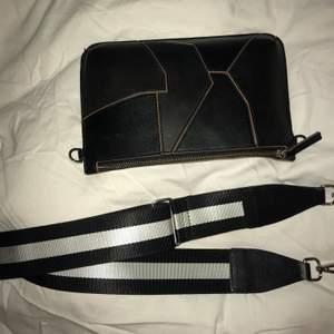 Super fina väska och väskband! Kommer tyvärr inte till användingr längre så säljs därför. Väskan kostar 250 (Carin Wester) och väskbandet 150 (don Donna) men jag säljer båda för 230💕