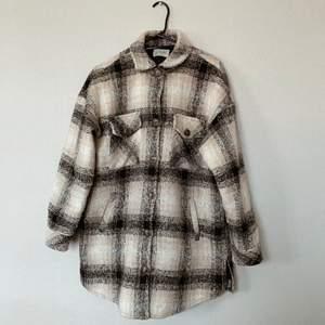 Superfin beige/svart/vit (fodrad) skjortjacka från märket Moves storlek 36. Köpt på nelly.com våren 2020 för 1399kr. Väldigt bra kvalité och sparsamt använd! Frakt tillkommer, 110kr