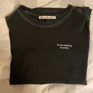 Acnestudio T-shirt i fint skick, varken nopprig eller med defekter! Säljer då den är lite liten för mig! Skriv för fler frågor privat, buda i kommentarerna!  Orginalipriset är 1200 kr, köpt på Åhléns city i Stockholm. Köp direkt för 500 kr