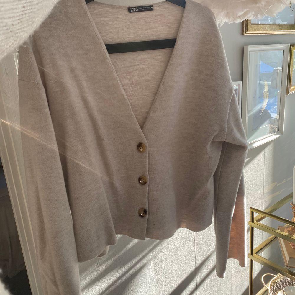 Så mysig och mjuk kofta från Zara. Knappt använd så i fint skick. . Tröjor & Koftor.