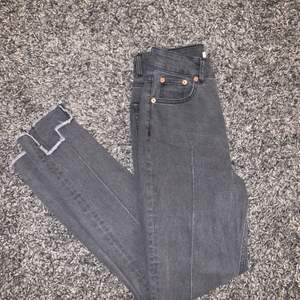 Ett par superfina gråa jeans ifrån NAKD! Storlek 36! Iprincip aldrig använda och i toppen skick! Fråga om det är något! Köparen står för frakten!🙌🏼🐳