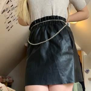 💗Fake läder kjol med snyggt ruffled resår i midjan, den har två framfickor (gör att man får höfter ;)) och lagom kort💗