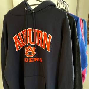 Säljer nu denna super snygga äkta vintage champion hoodie! Köpt secondhand, Uppskattad storlek: M/L Cond:mycket bra. Buda i kommentarerna, startbud: 100kr🥰 budgivning avslutas onsdag 9/2 15:00❤️