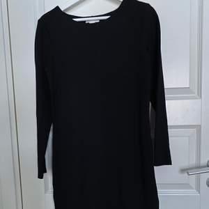 Långärmad klänning i tjockare tyg. 70kr + frakt