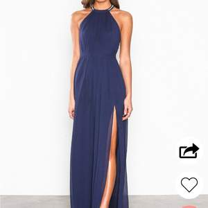 Säljer nu min jättefina balklänning som jag hade på nians bal🤩 Den har öppen rygg med stenar, slits på benet och dragkedjan på sidan🤪 pris när jag köpte klänningen 900kr!! Nypris 300kr inkl frakt!! Klänningen är endast använd en gång och är i nyskick☺️