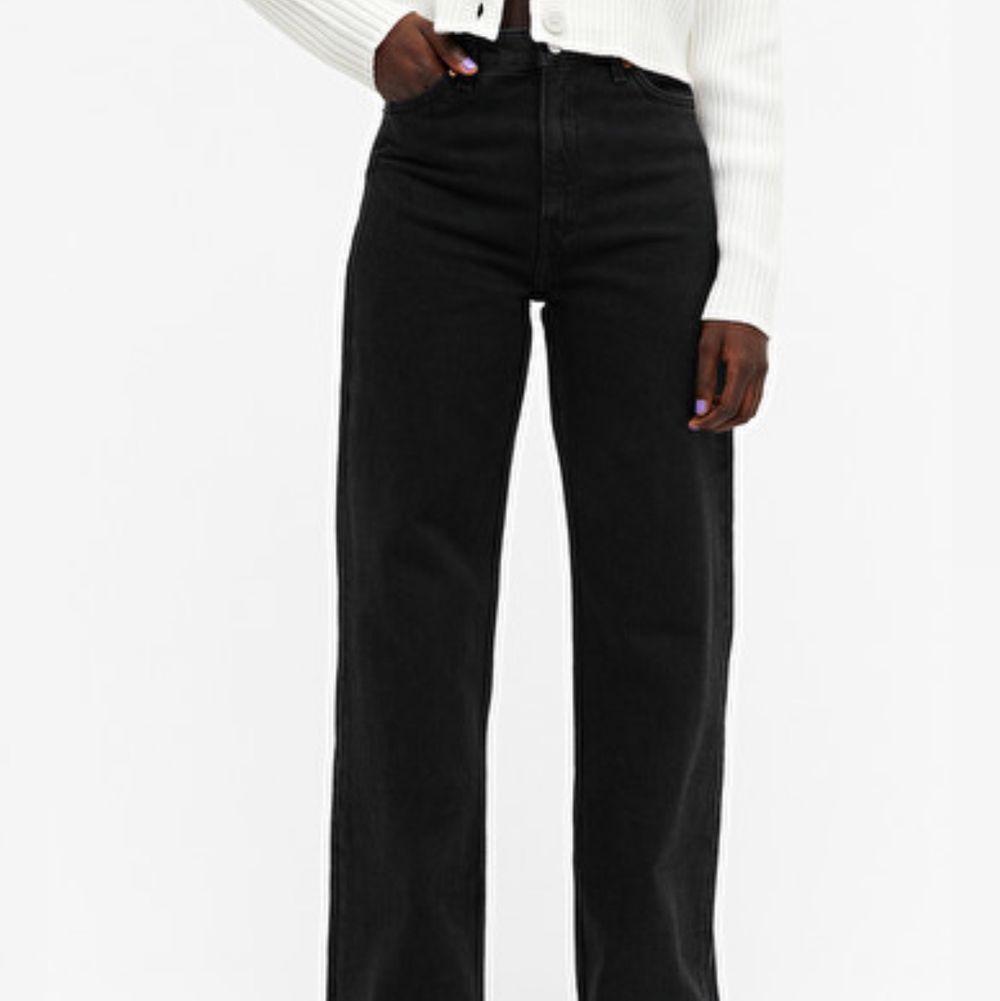 svarta monki jeans i modellen yoko, bara använda en gång! org. pris 400kr. Jeans & Byxor.