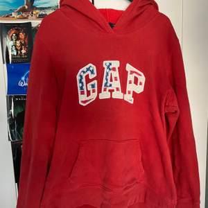 Jättemysig o snygg Gap hoodie som inte används och därför säljs. Tröjan är markerad som L men passar mer som M. Om du har några frågor eller vill se flera bilder är det bara att säga till 😊