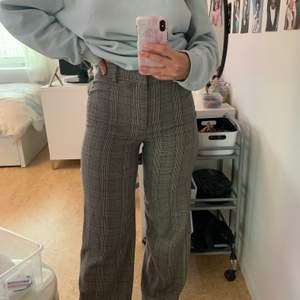 Jätte fina byxor från Zara i storlek S som är använt ett fåtal gånger!! Det är uppsydda för det är lite långa men det går att sprätta upp om man skulle vilja det!